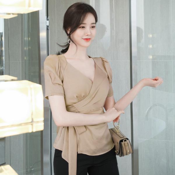 bs4494 은은한 광채나는 패브릭의 브이넥 랩 스타일의 허리 스트랩 페플럼 블라우스 blouse