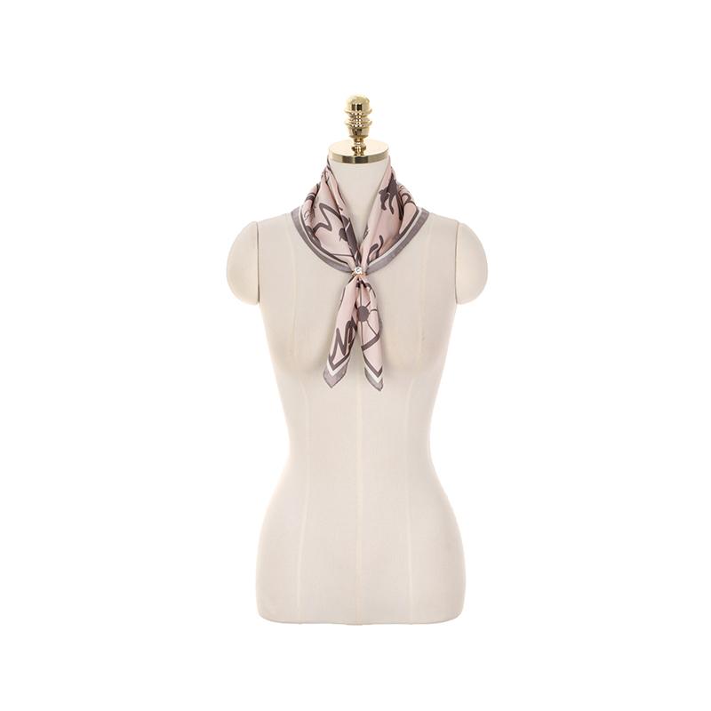 ac4422 일러스트 패턴과 레터링 포인트로 제작된 모던한 무드의 사각 스카프 scarf