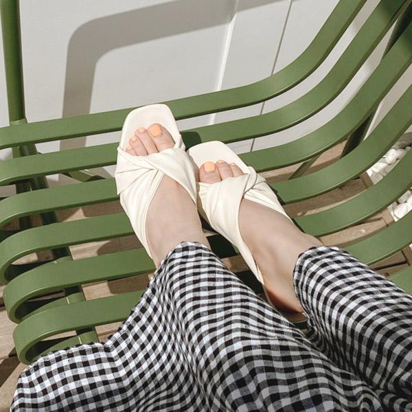 sh1861 부드러운 터치감과 꼬임 스트랩이 고급스러운 오픈토 미들 뮬 힐 shoes