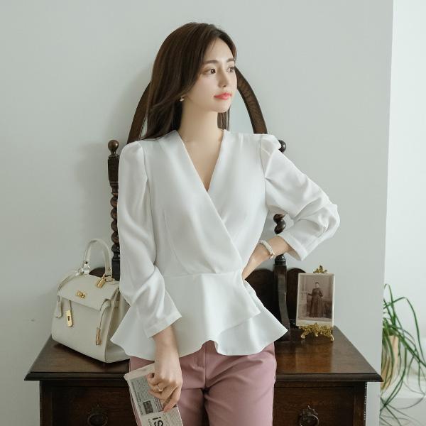 bs5368 완벽한 실루엣을 선사하는 셔링 페플럼 브이넥 랩 블라우스 blouse
