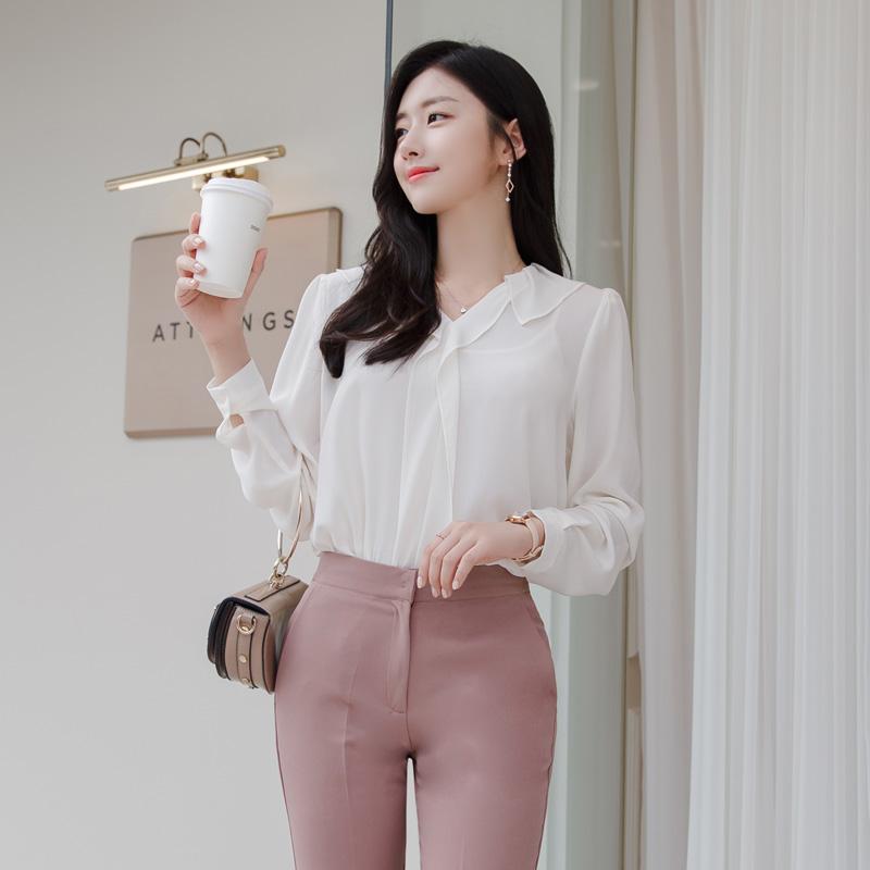 bs5375 로맨틱한 무드의 러플 디자인과 숄더 셔링 디테일의 V넥 블라우스 blouse