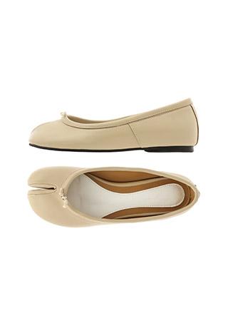 sh1969 동글한 앞코와 유니크한 포인트 디자인이 더해진 타비 플랫슈즈 shoes