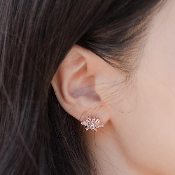 ac4672 샤이닝하고 퓨어한 빛감을 선사하는 눈꽃 모티브의 큐빅 은침 이어링 earring