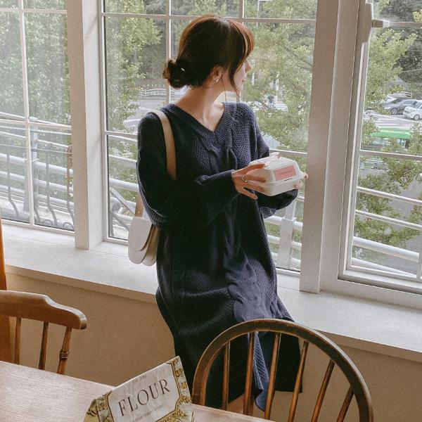 op9940 포근한 꽈배기 짜임으로 제작된 브이넥 일자핏 미디롱 니트원피스 dress